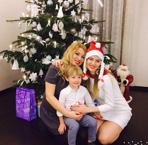 Ирина Кучер в роли Снегурочки с подругой и старшим сыном Лукьяном, фото: instagram.com