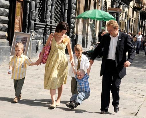 Этой фотографией семьи мэра Львова проиллюстрировали статью в российской газете об усыновлении детей