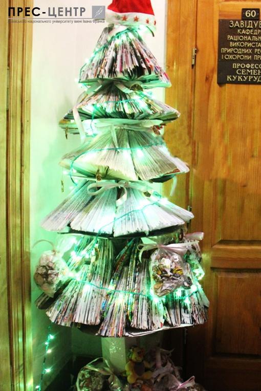 На создание новогоднего дерева из конспектов ушло восемь часов. Фото: пресс-центр Львовского национального университета имени Ивана Франко.