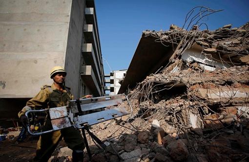 Под завалами могут остается еще около ста человек. Фото: Reuters.