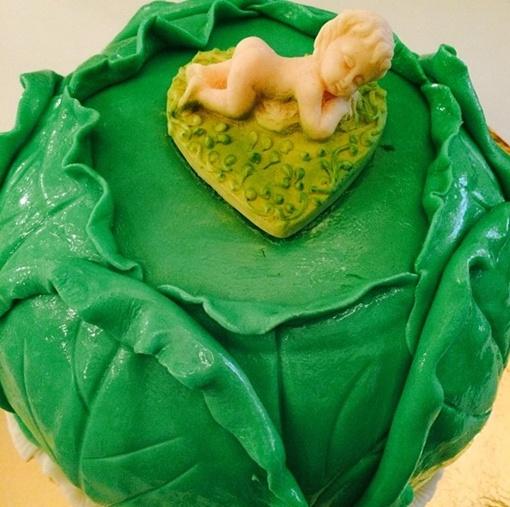 Сладкий подарок Мирону – торт в виде капусты, фото: instagram.com