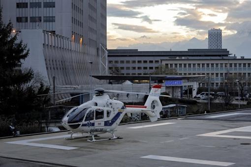 Рядом с клиникой постоянно дежурит вертолет на случай, если Шумахера придется перевозить. Фото: krqe.com