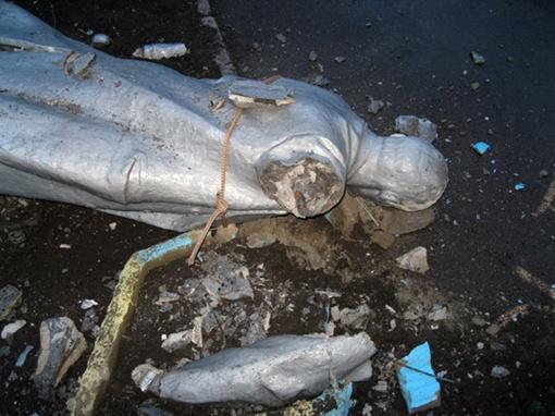 Памятник от падения раскололся. Фото: пресс-служба ГУ МВД Украины