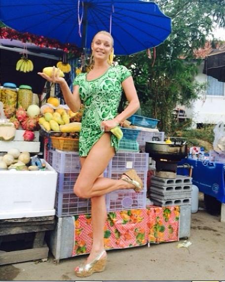 - А тут в Тайланде в безпонтовых лавочках - очень вкусные экзотические фрукты! – подписала артистка снимок, разместив его на своей страничке в Instagram.