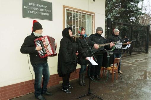 Колядки пели под аккомпанемент музыкальных инструментов. Фото: Александр КОВТУНЕНКО.