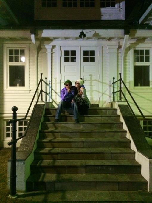Чарли Шин опубликовал в своем микроблоге фотографию с порнозвездой Бретт Росси на ступенях дома в Рейкьявике и сообщил, что они теперь – муж и жена. Фото: twitter