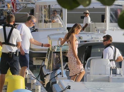 Олигарх садился на катер, отплывающий на его яхту. Фото: SPLASH NEWS