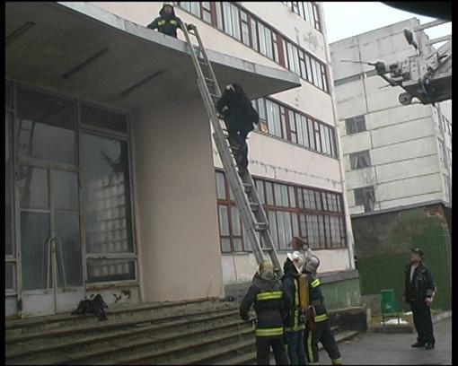 Спасатели поднялись при помощи лестницы. Фото: ГСЧС