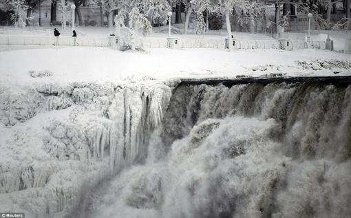 Во вторник возле Ниагарского водопада была зафиксирована рекордно холодная температура. Фото: Рейтер