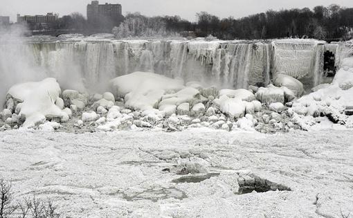 Водопад полностью покрылся льдом. Фото: Рейтер