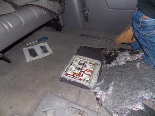 В специально сделанном тайнике поляк пытался провезти 370 пачек сигарет. Фото Мостисский пограничный отряд.