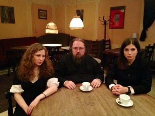 Представитель РПЦ Андрей Кураев встретился с Pussy Riot. Фото: Twitter