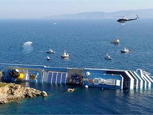 Затонувшеее судно. Фото REUTERS