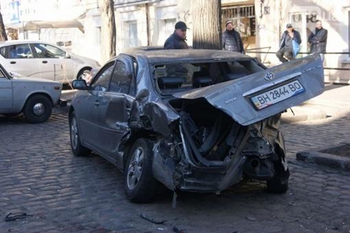 BMW от сильного удара пострадали еще пять авто. Фото: forum.od.ua