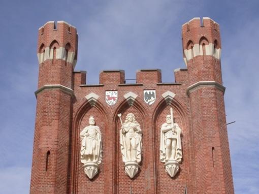 Королевские ворота — одни из семи сохранившихся городских ворот Калининграда. На них установлены барельефы короля Чехии Отакара II (слева), короля Пруссии Фридриха I (посередине) и герцога Пруссии Альбрехта I (справа). Фото: Валерий Сомкин