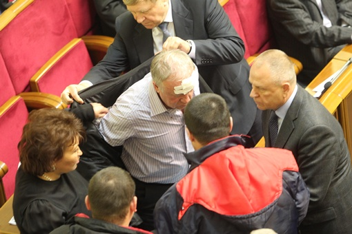 Владимиру Малышеву разбили голову. Фото: Максим ЛЮКОВ