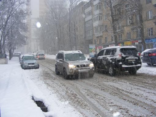 Автомобилисты буксуют во внезапно возникших сугробах. Фото: Елена ПАВЛЕНКО