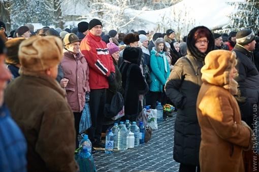 В Харькове очереди за водой растянулись по всему Саржину яру. Фото: пресс-служба Харьковского госовета