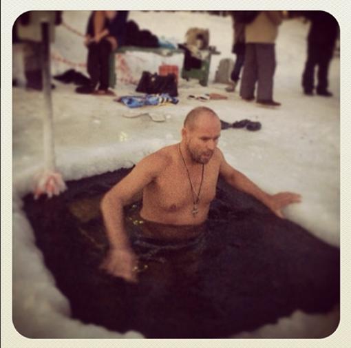 Максим Аверин поздравил поклонников с Крещением и последовал давней традиции. Фото: Твиттер
