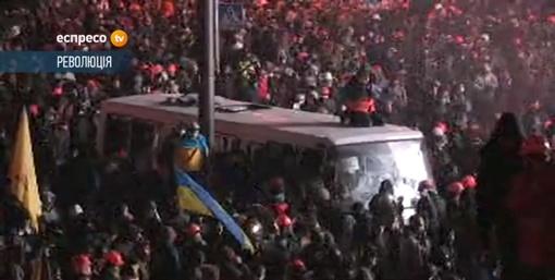 Толпа облепила еще один автобус. Фото: espreso.tv