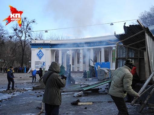 У центрального входа стадиона киевского