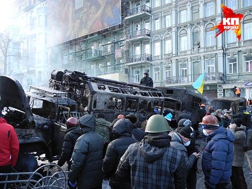 Понять логику с улицы Грушевского в Киеве, где сегодня и идут бои с милицией, непросто. Фото: Алексей Овчинников