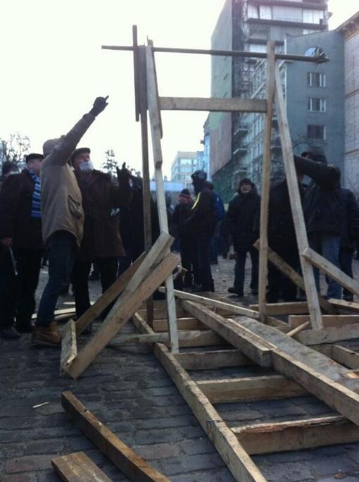 Вот так активисты строили катапульту. Фото: Форум УП