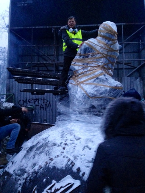 Памятник обмотали целофаном. Фото: соцсети