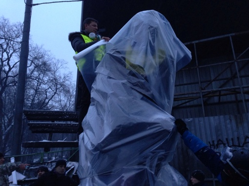 Памятник защищают от матитнгующих. Фото: соцсети