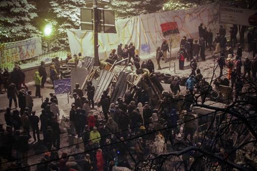 Строят новые баррикады. Фото Олега Терещенко