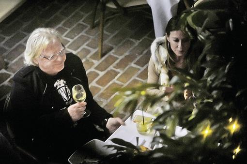 Юрий Антонов, такое впечатление, всегда окружен симпатичными девушками. Вот он пьет шампанское с одной из них. Фото: Евгения ГУСЕВА