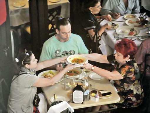 Наташа Королева разделила с мамой одну тарелку супа на двоих. А Тарзан, помимо первого, заказал себе еще и второе блюдо - форму-то нужно поддерживать! Фото: Евгения ГУСЕВА