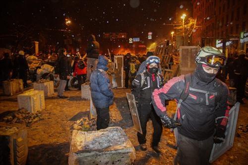 Под красное зарево митингующие работали, разбивая руки в кровь. Укрепляли баррикады. Фото: Олег ТЕРЕЩЕНКО