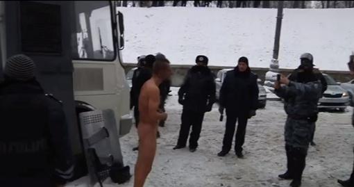 Сначала бойцы фотографировали обнаженного и избитого парня.