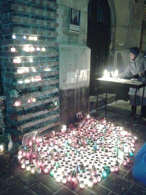 Во Львове готовятся к похоронам Вербицкого. В церквях зажигают свечи. Фото: соцсети.