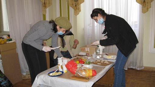 В пункте питания  работают женщины – готовят бутерброды и горячий чай. Фото: Анна Мищишина
