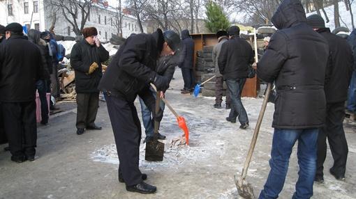 Баррикады строят из подручных материалов. Фото: Анна Мищишина