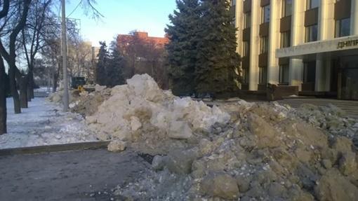 Баррикады возводят из снега. Фото Виктор Боровенко