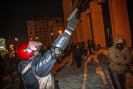 Активисты стреляют по камерам наблюдения. Фото Олега ТЕРЕЩЕНКО