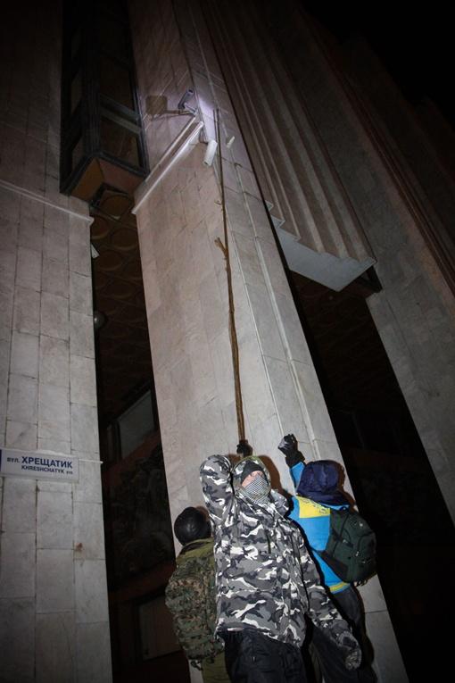 Активисты сбивают камеры наблюдения. Фото Олега ТЕРЕЩЕНКО