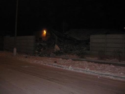 Взрывом разрушило не только гараж, но и забор АТП. Фото сайта http://bahmut.com.ua