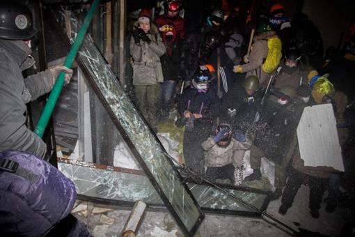 Активисты выбивают окна. Фото Олега ТЕРЕЩЕНКО