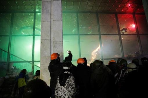 Правоохранители пытаются обороняться. Фото Олега ТЕРЕЩЕНКО