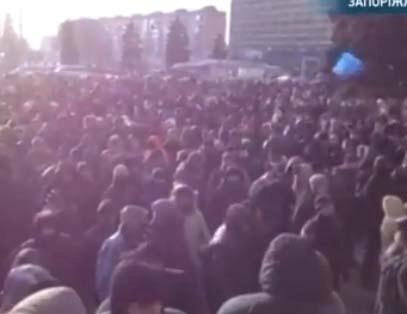 У здания ОГА собралось несколько тысяч человек. Фото: ПринтСкрин с онлайн-трансляции.