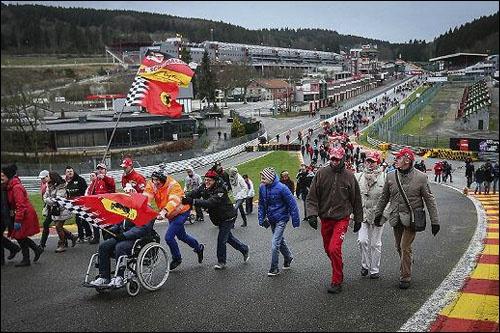 Болельщики прошлись по трассе Спа в Бельгии. Фото: f1news