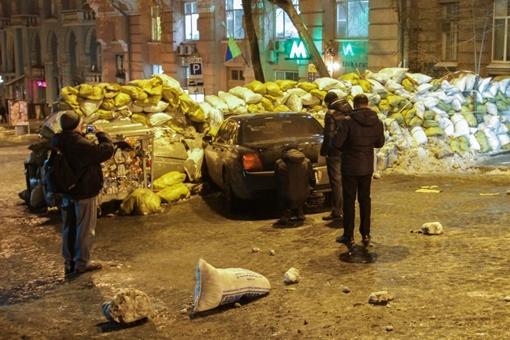 Люди опешили от того, что в их баррикады врезался автомобиль. О их существовании все знают.  Фото: Олег ТЕРЕЩЕНКО