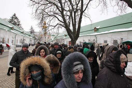 Люди собираются посмотреть на Дары Волхвов. Фото Максима ЛЮКОВА