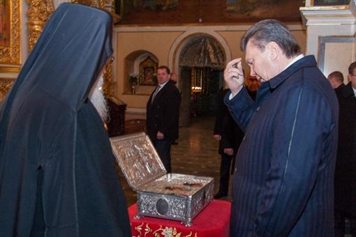 Виктор Янукович в Успенском Соборе. Фото: пресс-служба УПЦ