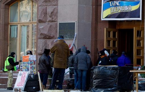 На входе в КГГА стоит охрана Майдана. Фото Максим ЛЮКОВ