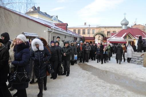 Очередь к монастырю начинается от супермаркета остановки в центре города. Фото: Виталий ПАРУБОВ.